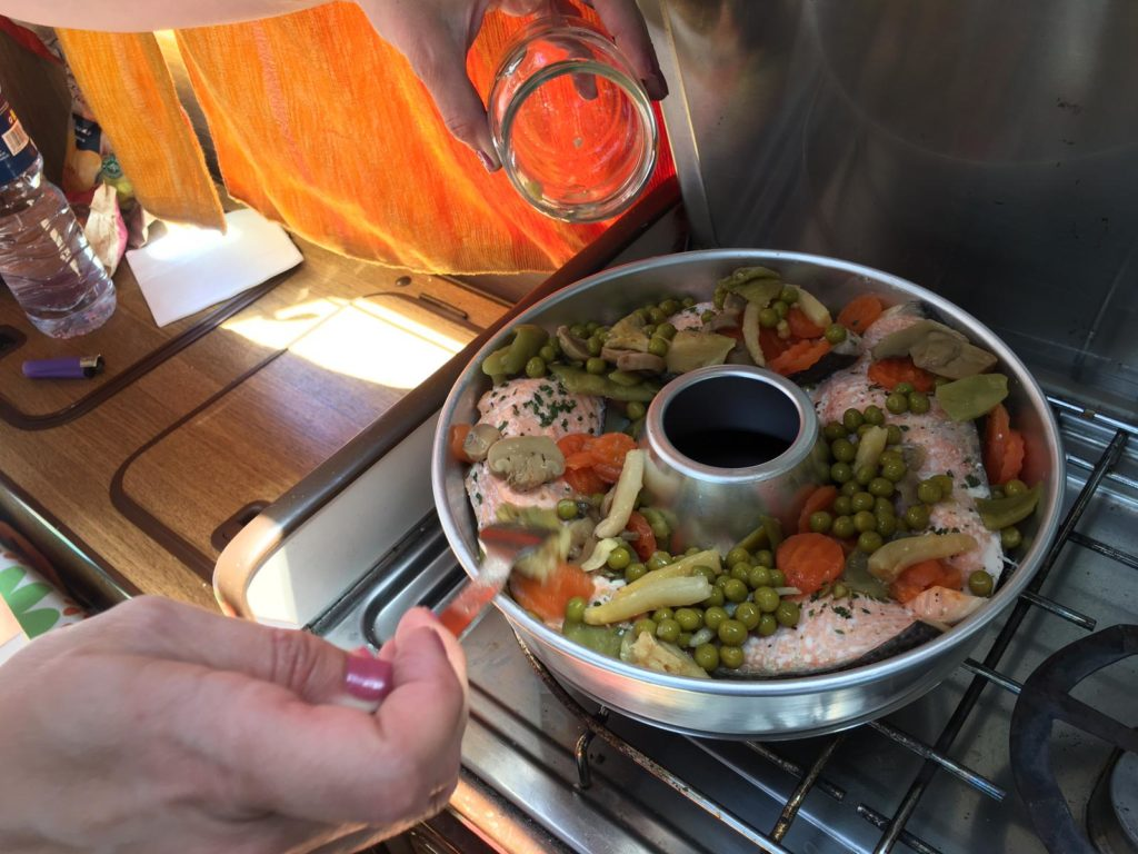 Receta Salmón y patatas de Horno Omnia para furgoneta camper y autocaravana